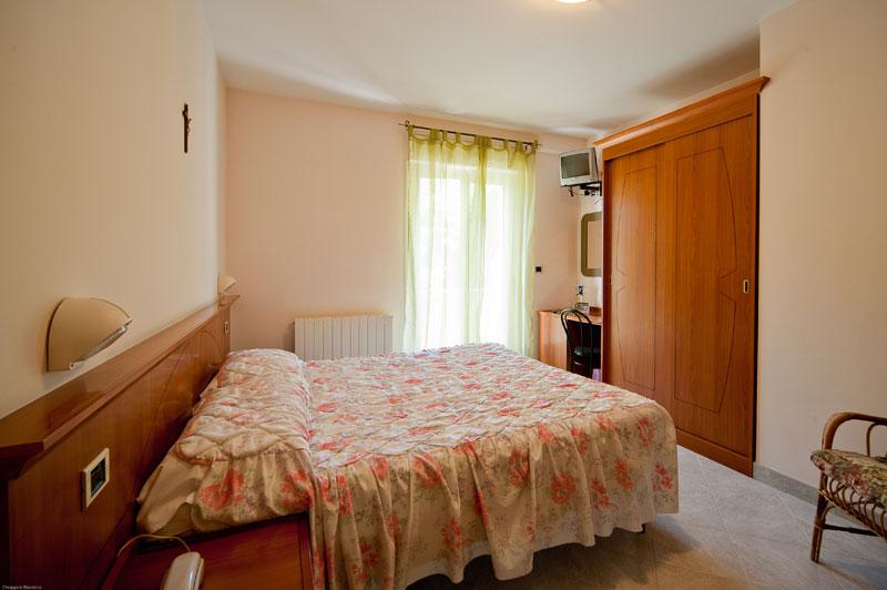 http://www.casciahotelscogliorosa.it/hotelcascia/wp-content/uploads/2014/05/camera-hotel-cascia-01.jpg