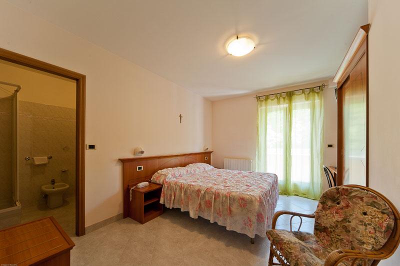 http://www.casciahotelscogliorosa.it/hotelcascia/wp-content/uploads/2014/05/camera-hotel-cascia-02.jpg