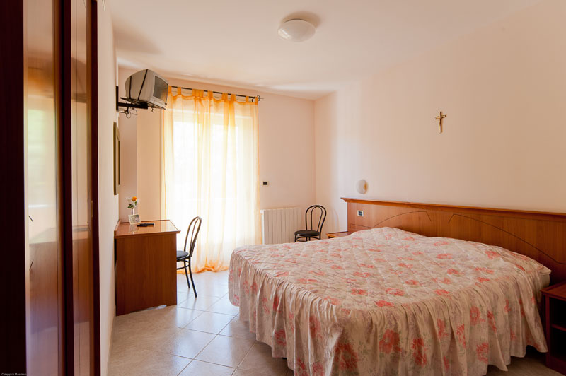 http://www.casciahotelscogliorosa.it/hotelcascia/wp-content/uploads/2014/05/camera-hotel-cascia-03.jpg