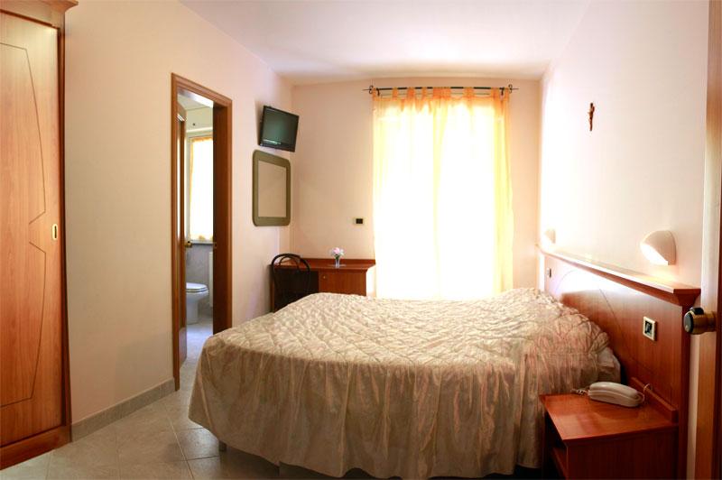 http://www.casciahotelscogliorosa.it/hotelcascia/wp-content/uploads/2014/07/camera-doppia-hotel-cascia.jpg