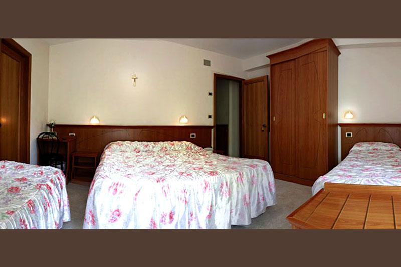 http://www.casciahotelscogliorosa.it/hotelcascia/wp-content/uploads/2014/07/cascia-camera-quadrupla.jpg