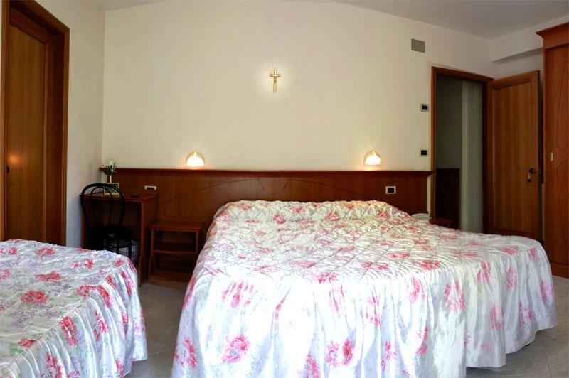 http://www.casciahotelscogliorosa.it/hotelcascia/wp-content/uploads/2014/07/cascia-hotel-camera-quadrupla.jpg