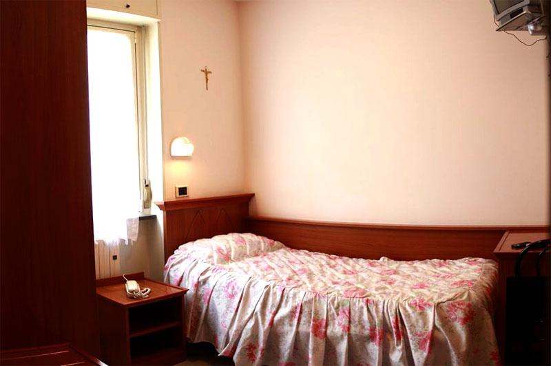 http://www.casciahotelscogliorosa.it/hotelcascia/wp-content/uploads/2014/07/cascia-hotel-camera-singola.jpg
